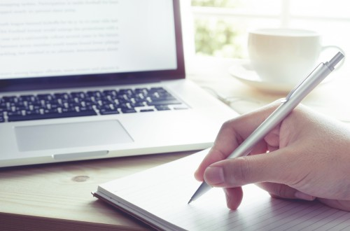 lettre de motivation a la main ou a l'ordinateur